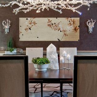 Inredning av en modern mellanstor separat matplats, med beige väggar, heltäckningsmatta och flerfärgat golv