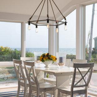 Ispirazione per una sala da pranzo aperta verso il soggiorno stile marino di medie dimensioni con pareti bianche e parquet chiaro