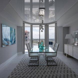 Esempio di un angolo colazione moderno di medie dimensioni con pareti blu, pavimento con piastrelle in ceramica, pavimento bianco e soffitto in carta da parati
