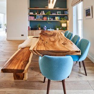 Ispirazione per una grande sala da pranzo aperta verso il soggiorno chic con pavimento in legno massello medio, pareti bianche e pavimento beige