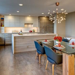Foto di una piccola sala da pranzo aperta verso la cucina contemporanea con pareti beige, pavimento in sughero e nessun camino