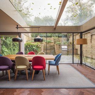 Esempio di una sala da pranzo design di medie dimensioni con pareti marroni, parquet scuro e pavimento marrone