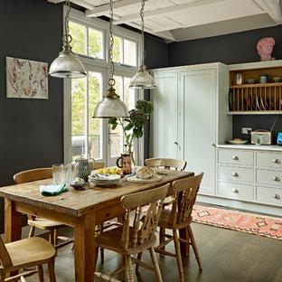 Imagen de comedor nórdico, grande, abierto, con suelo de madera en tonos medios, suelo marrón y paredes verdes