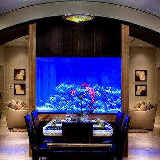 Idee per una sala da pranzo aperta verso il soggiorno minimal di medie dimensioni con pareti grigie, pavimento in marmo e pavimento beige