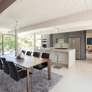 Immagine di una sala da pranzo aperta verso la cucina moderna di medie dimensioni con pareti grigie, pavimento in marmo, nessun camino e pavimento bianco