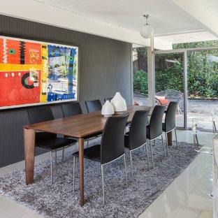 サンフランシスコの中サイズのミッドセンチュリースタイルのおしゃれなダイニングキッチン (グレーの壁、大理石の床、暖炉なし、白い床) の写真