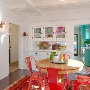 Ispirazione per una sala da pranzo american style chiusa e di medie dimensioni con pareti bianche e pavimento in legno massello medio