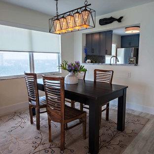 Immagine di una sala da pranzo aperta verso il soggiorno stile marinaro di medie dimensioni con pareti beige, pavimento in gres porcellanato e pavimento beige