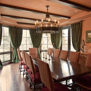 Idee per una sala da pranzo mediterranea di medie dimensioni con pareti arancioni e parquet scuro