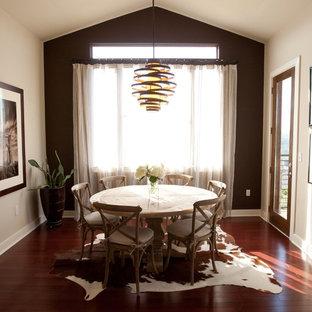 Idéer för en modern separat matplats, med bruna väggar och mörkt trägolv