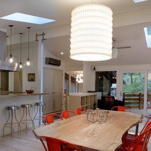 Ispirazione per una grande sala da pranzo aperta verso la cucina minimalista con pareti bianche, parquet chiaro e nessun camino