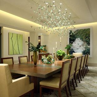Immagine di una sala da pranzo contemporanea con pareti bianche, pavimento in pietra calcarea e nessun camino