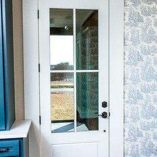 Idee per una grande sala da pranzo aperta verso la cucina country con pareti blu, pavimento in bambù e pavimento marrone