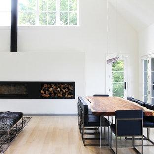 Idéer för mellanstora funkis matplatser med öppen planlösning, med vita väggar, ljust trägolv, en bred öppen spis och en spiselkrans i metall