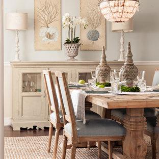 Imagen de comedor costero, de tamaño medio, sin chimenea, con paredes beige y suelo de madera oscura