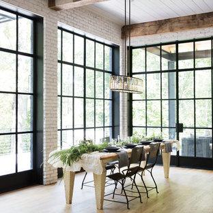 Idee per una sala da pranzo aperta verso il soggiorno industriale di medie dimensioni con pareti bianche, parquet chiaro, nessun camino e pavimento beige