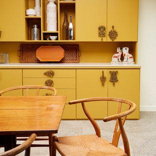 Idee per una sala da pranzo eclettica chiusa e di medie dimensioni con pavimento con piastrelle in ceramica, pavimento beige, pareti bianche e nessun camino
