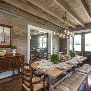 Inspiration pour une salle à manger rustique fermée avec un mur marron et un sol en bois brun.