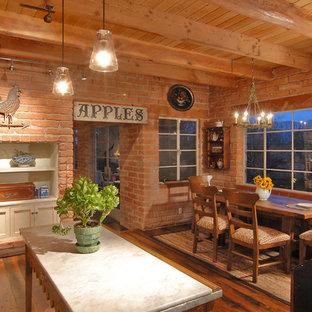 Idéer för ett stort lantligt kök med matplats, med mörkt trägolv och en standard öppen spis