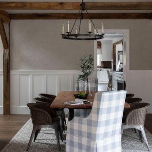 Esempio di una sala da pranzo country di medie dimensioni con pareti grigie, pavimento in legno massello medio, pavimento marrone, travi a vista e boiserie