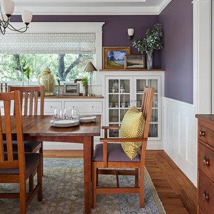 Cette image montre une salle à manger traditionnelle fermée avec un mur violet, un sol en bois foncé et un sol marron.