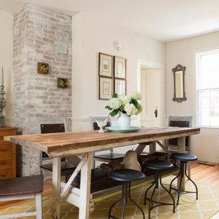Modelo de comedor campestre con paredes beige y suelo de madera en tonos medios