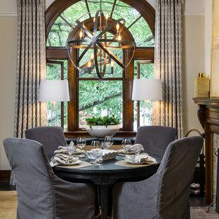 Idee per una sala da pranzo chic con pareti beige, camino classico e cornice del camino in mattoni