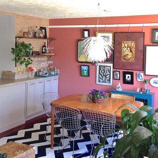 グランドラピッズの小さいエクレクティックスタイルのおしゃれなダイニングキッチン (無垢フローリング、ピンクの壁) の写真