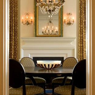 Esempio di una grande sala da pranzo vittoriana chiusa con pareti bianche, moquette, camino classico e cornice del camino in legno