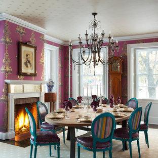 Esempio di una sala da pranzo contemporanea con camino classico, cornice del camino in mattoni e pareti rosa