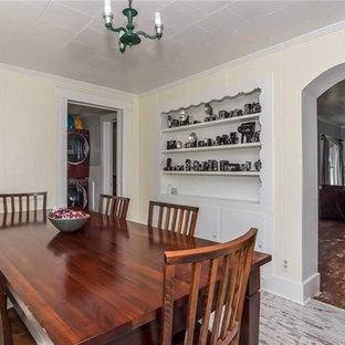 Ejemplo de comedor de cocina de estilo de casa de campo, pequeño, con paredes blancas y suelo amarillo