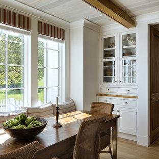 Inspiration för en lantlig matplats, med vita väggar och mellanmörkt trägolv