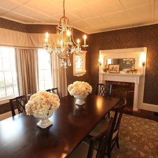 Klassisk inredning av en stor separat matplats, med grå väggar, mörkt trägolv, en standard öppen spis, en spiselkrans i trä och brunt golv