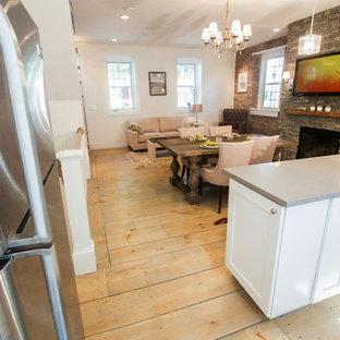 Offenes, Großes Rustikales Esszimmer mit weißer Wandfarbe, hellem Holzboden, Hängekamin, Kaminsims aus Stein und beigem Boden in Boston