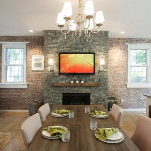 Modelo de comedor rústico, grande, abierto, con paredes blancas, suelo de madera clara, chimeneas suspendidas, marco de chimenea de piedra y suelo beige