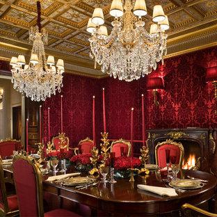 Immagine di una grande sala da pranzo tradizionale chiusa con pareti rosse, pavimento in legno massello medio, camino classico e cornice del camino in legno