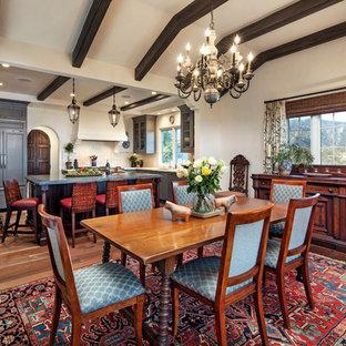 Bild på ett mellanstort medelhavsstil kök med matplats, med vita väggar och mörkt trägolv