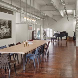 Diseño de comedor urbano, extra grande, abierto, con paredes blancas y suelo de madera en tonos medios