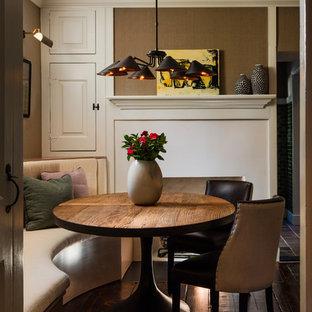 Diseño de comedor de cocina clásico renovado, pequeño, con paredes beige, suelo de madera oscura, chimenea tradicional y marco de chimenea de yeso