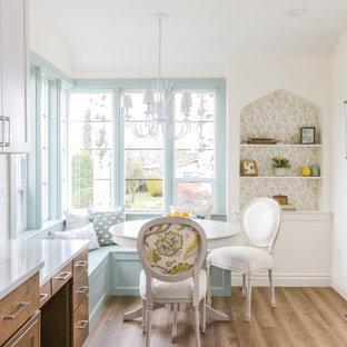 Immagine di una sala da pranzo chic chiusa e di medie dimensioni con pavimento in vinile, pareti bianche e pavimento beige