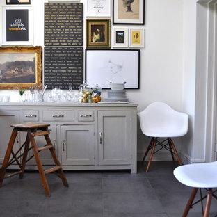 Idee per una sala da pranzo eclettica con pareti bianche e pavimento con piastrelle in ceramica