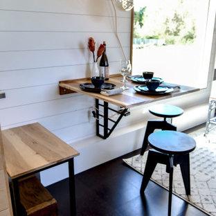 他の地域の小さいカントリー風おしゃれなダイニング (朝食スペース、白い壁、コルクフローリング、黒い床、塗装板張りの天井、塗装板張りの壁) の写真