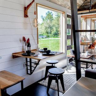 Ispirazione per un piccolo angolo colazione country con pareti bianche, pavimento in sughero, pavimento nero, soffitto in perlinato e pareti in perlinato