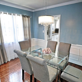 Idee per una piccola sala da pranzo minimal chiusa con pareti blu, pavimento in legno massello medio e nessun camino