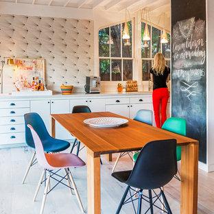 Ejemplo de comedor ecléctico, pequeño, sin chimenea, con paredes blancas y suelo de madera clara