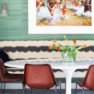 Ispirazione per una sala da pranzo aperta verso la cucina moderna con pareti verdi