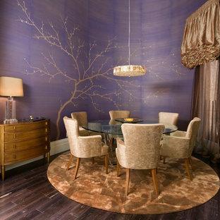 Inspiration pour une salle à manger design de taille moyenne avec un mur violet et un sol en bois foncé.