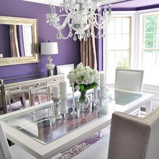 Aménagement d'une salle à manger contemporaine avec un mur violet et un sol en bois foncé.