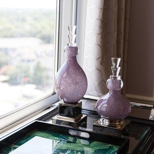 Esempio di una sala da pranzo aperta verso il soggiorno chic con pareti viola, pavimento con piastrelle in ceramica e pavimento nero