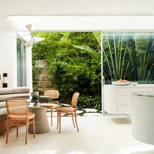 Foto di una sala da pranzo moderna con pareti bianche e pavimento bianco